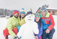 Le groupe d'amis a fait un bonhomme de neige Photo stock