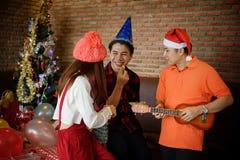 Le groupe d'amis heureux apprécient la fête de Noël Photos libres de droits