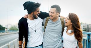 Le groupe d'amis heureux traînent ensemble Image libre de droits