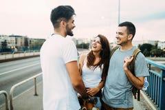 Le groupe d'amis heureux traînent ensemble Photo libre de droits