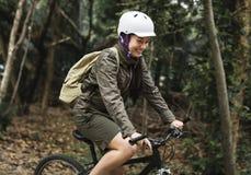 Le groupe d'amis montent le vélo de montagne dans la forêt ensemble Photographie stock libre de droits