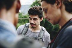 Le groupe d'amis occasionnels voyagent ensemble Photos libres de droits