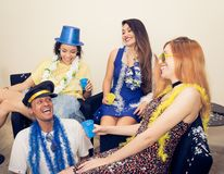 Le groupe d'amis rit et a l'amusement Noceurs habillés AR Image stock