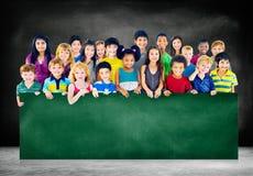 Le groupe d'amitié de diversité badine le concept de tableau noir d'éducation Images stock