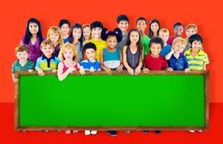 Le groupe d'amitié de diversité badine le concept de tableau noir d'éducation Photos libres de droits