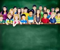 Le groupe d'amitié de diversité badine le concept de tableau noir d'éducation Photo libre de droits
