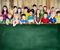 Le groupe d'amitié de diversité badine le concept de tableau noir d'éducation Image libre de droits