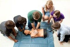 Le groupe d'années de l'adolescence prennent le cours de CPR Image libre de droits