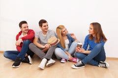 le groupe d'appareil-photo a isolé regarder des gens au sujet des jeunes blancs de studio debout Photo stock