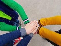 Le groupe d'empilement de scout d'amis joignent la main ensemble Image libre de droits