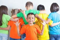 Le groupe d'enfants amicaux aiment une équipe ensemble Images libres de droits