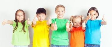 Le groupe d'enfants amicaux aiment une équipe ensemble Photos stock