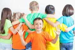 Le groupe d'enfants amicaux aiment une équipe ensemble Photographie stock libre de droits