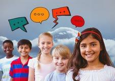Le groupe d'enfants avec le ciel nuageux et la causerie bouillonne Photographie stock