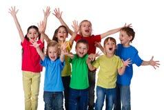 Le groupe d'enfants avec des mains lèvent le signe Photographie stock libre de droits