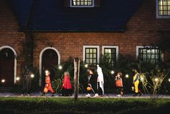 Le groupe d'enfants avec Halloween costume la marche au tour ou le traitement photos stock