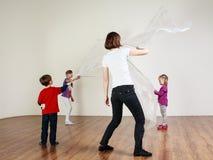 Le groupe d'enfants avec l'entraîneur font des exercices avec Photo libre de droits