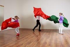 Le groupe d'enfants avec l'entraîneur font des exercices avec Photographie stock