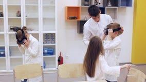 Le groupe d'enfants dans les verres de VR étudient la science banque de vidéos