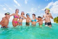 Le groupe d'enfants ont ensemble l'amusement en mer Photographie stock