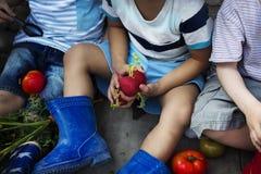 Le groupe d'enfants sont dans un jardin Photo stock