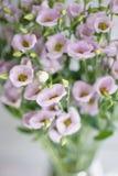 Le groupe d'eustoma lilas fleurit dans le vase en verre Fond de vintage d'amour avec des fleurs Papiers peints pour le téléphone Photos stock