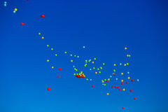 Le groupe d'hélium multicolore a rempli ballons dans le ciel Photo stock