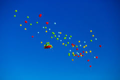Le groupe d'hélium multicolore a rempli ballons dans le ciel Images libres de droits