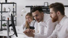 Le groupe d'hommes d'affaires divers travaillant ou prévoyant réussi commencent dans le bureau