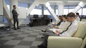 Le groupe d'hommes d'affaires masculins et féminins est sur la conférence d'affaires banque de vidéos