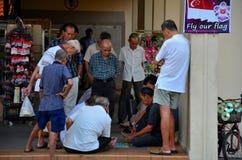 Le groupe d'hommes chinois observent un jeu des contrôleurs dans le voisinage de Singapour Images libres de droits
