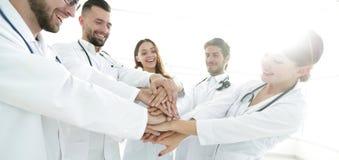 Le groupe d'internes médicaux montre leur unité Photos libres de droits