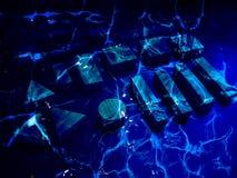 Le groupe d'objets de bloc sont profondément sous-marin Fond naval magique mystique bleu-foncé des secrets non découverts Explore photo stock