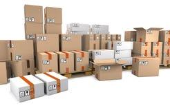 Le groupe de boîtes en carton empilées sur les palettes en bois d'expédition sont Photos libres de droits