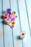 Le groupe de bougies de couleur s'étendent sur le plancher en bois Photo stock