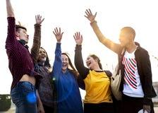Le groupe de bras d'amis a soulevé ensemble le concept de soutien et de travail d'équipe Photo stock