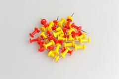 Le groupe de bureau jaune et rouge se boutonne sur le gris Photo stock