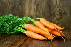 Le groupe de carottes fraîches avec le vert part plus de Photos stock