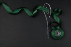 Le groupe de couture objecte le mensonge à plat sur un backgro noir de tableau Photographie stock libre de droits