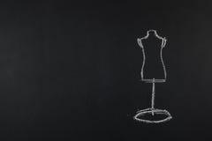 Le groupe de couture objecte le mensonge à plat sur un backgro noir de tableau Images libres de droits