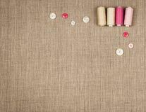 Le groupe de couture objecte le mensonge à plat sur une toile naturelle Photographie stock libre de droits