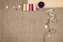 Le groupe de couture objecte le mensonge à plat sur une toile naturelle Image stock