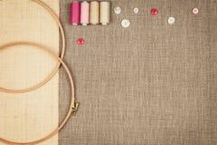 Le groupe de couture objecte le mensonge à plat sur une toile naturelle Photo stock