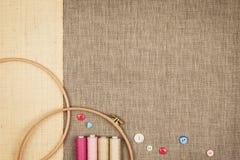 Le groupe de couture objecte le mensonge à plat sur une toile naturelle Images stock