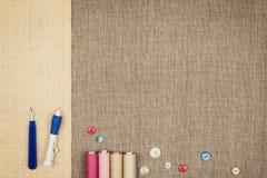 Le groupe de couture objecte le mensonge à plat sur une toile naturelle Photo libre de droits