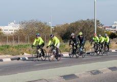 Le groupe de cyclistes le matin d'hiver s'exerce sur la route interurbaine photographie stock libre de droits