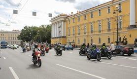 Le groupe de cyclistes sur la route images libres de droits
