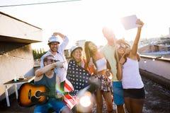 Le groupe de danse insouciante d'amis ont l'amusement en été image libre de droits