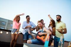 Le groupe de danse insouciante d'amis ont l'amusement en été images libres de droits