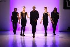 Le groupe de danseurs exécute à l'ouverture du défilé de mode de la vie de New York pendant l'automne 2015 de MBFW Images stock